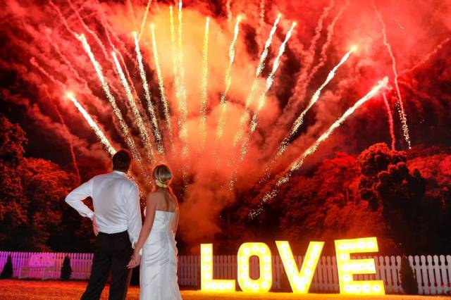 małoda para na weselu podczas pokazu fajerwerków